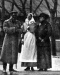 Император Николай II с сёстрами великими княгинями Ольгой (в платье сестры милосердия) и Ксенией Александровнами у входа в гарнизонную церковь