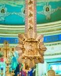 Каждое утро после полунощницы Почаевскую икону Божией Матери опускают для поклонения