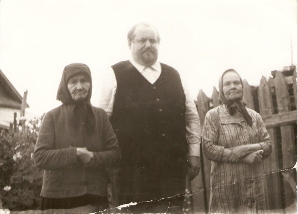 отец Валентин Парамонов и сестры Арлаковы Наталия слева Александра - справа