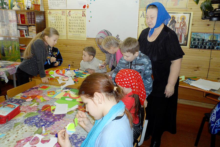 Ирина-Зеноновна_помогает-детям-сделать-своими-руками-рождественские-игрушки