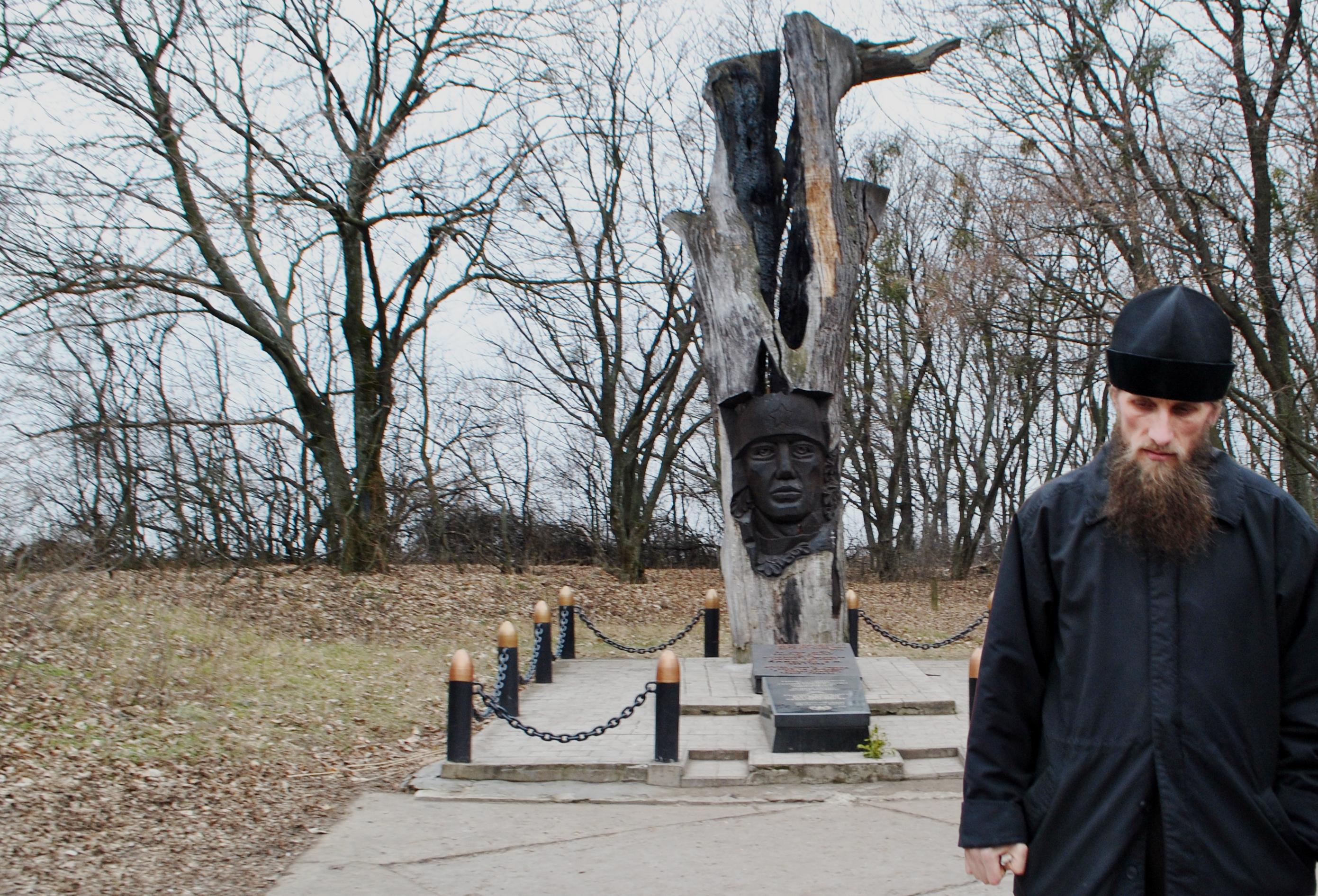 Возле памятника Владимиру Камышеву