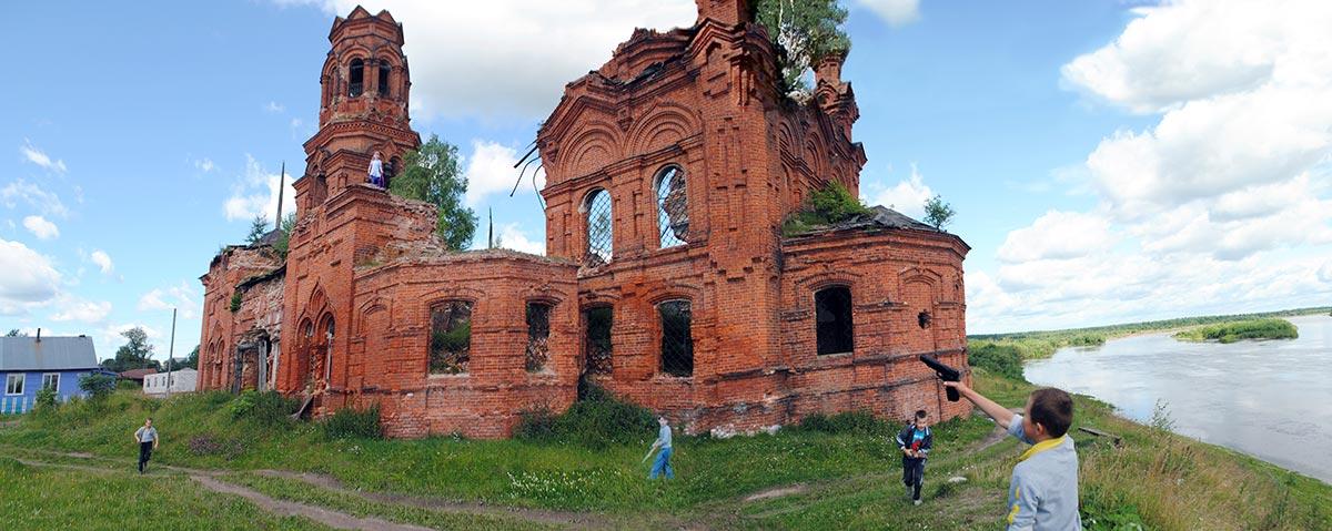 Эксп_На-руинах-храма-дети-играют-в-войнушку