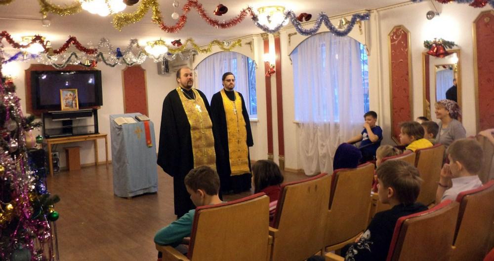 Отец Павел и отец Андрей приехали поздравить ребят с Новым 2016-м годом, отслужить молебен и благословить на всё хорошее