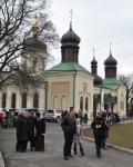 Возле Ионинского монастыря после службы многолюдно