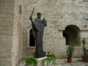 Памятник свт. Николаю на русском подворье в Бари