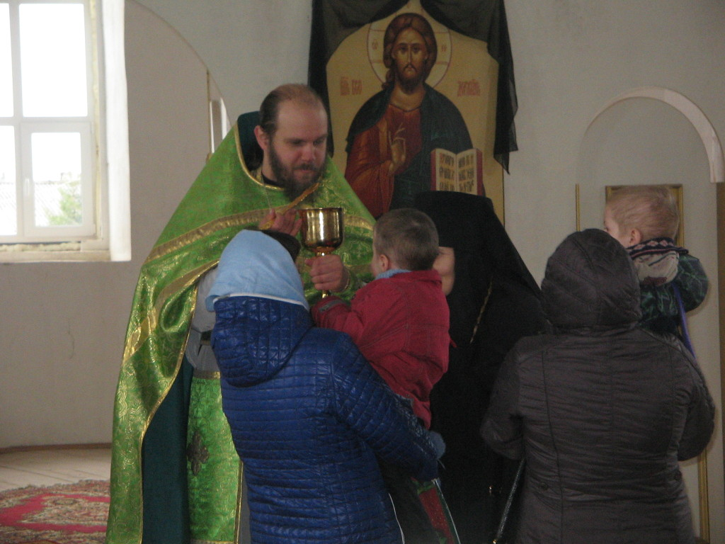 О. Александр Соколов причащает исповедников