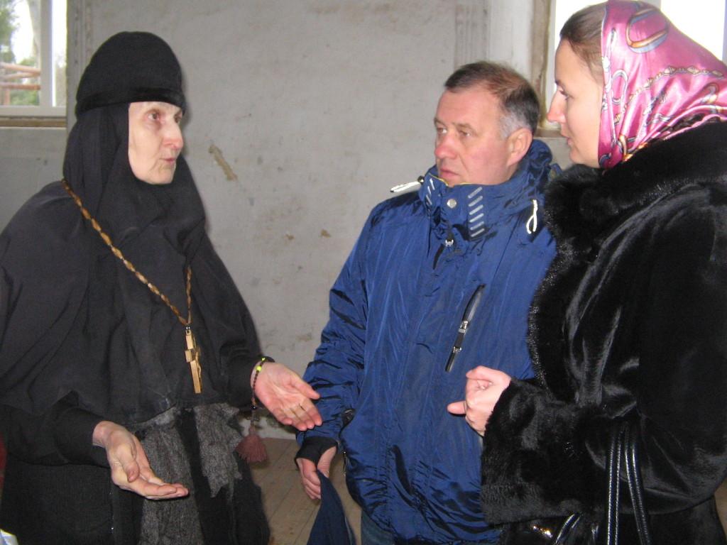 игуменья Стефанида Запорошенко разговаривает с паломниками