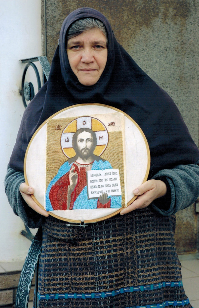 матушка Елена до пострига в мантию с иконой вышитой ею бисером правый верхн угол еще не закончен 2011 г ей здесь 68 лет