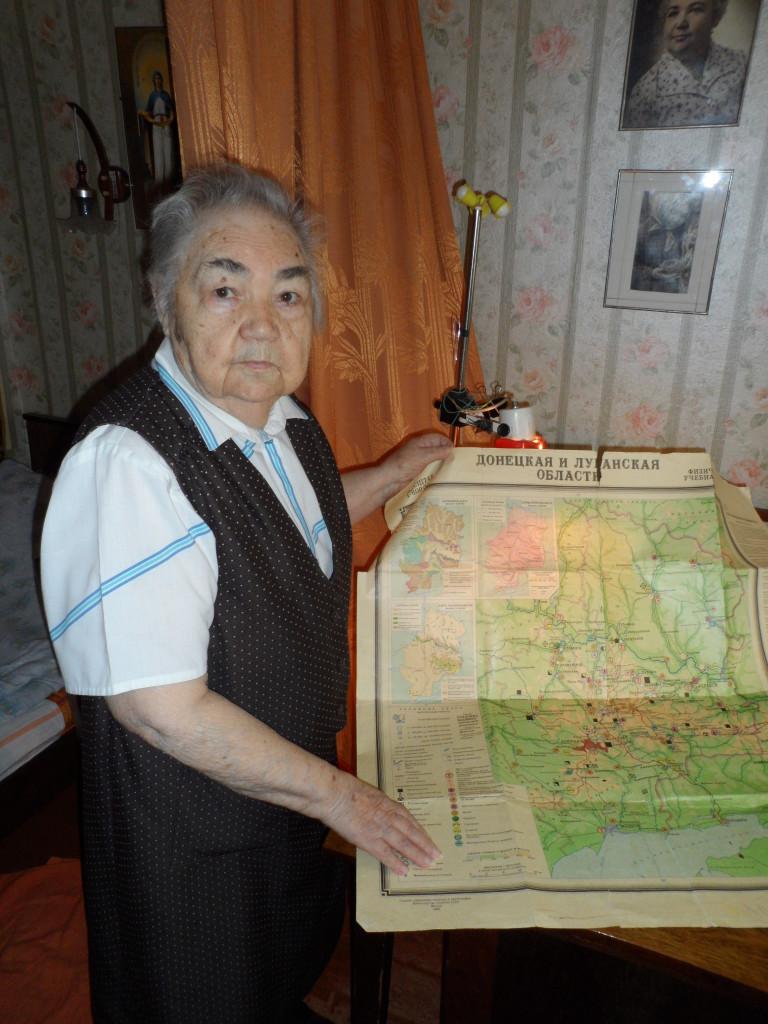 перед картой Донецкой области