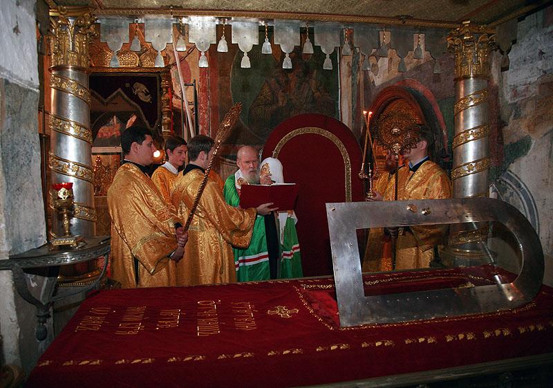Патриарх Алексий II соершает служение у мощей св. митрополита Петра в Успенском соборе Кремля