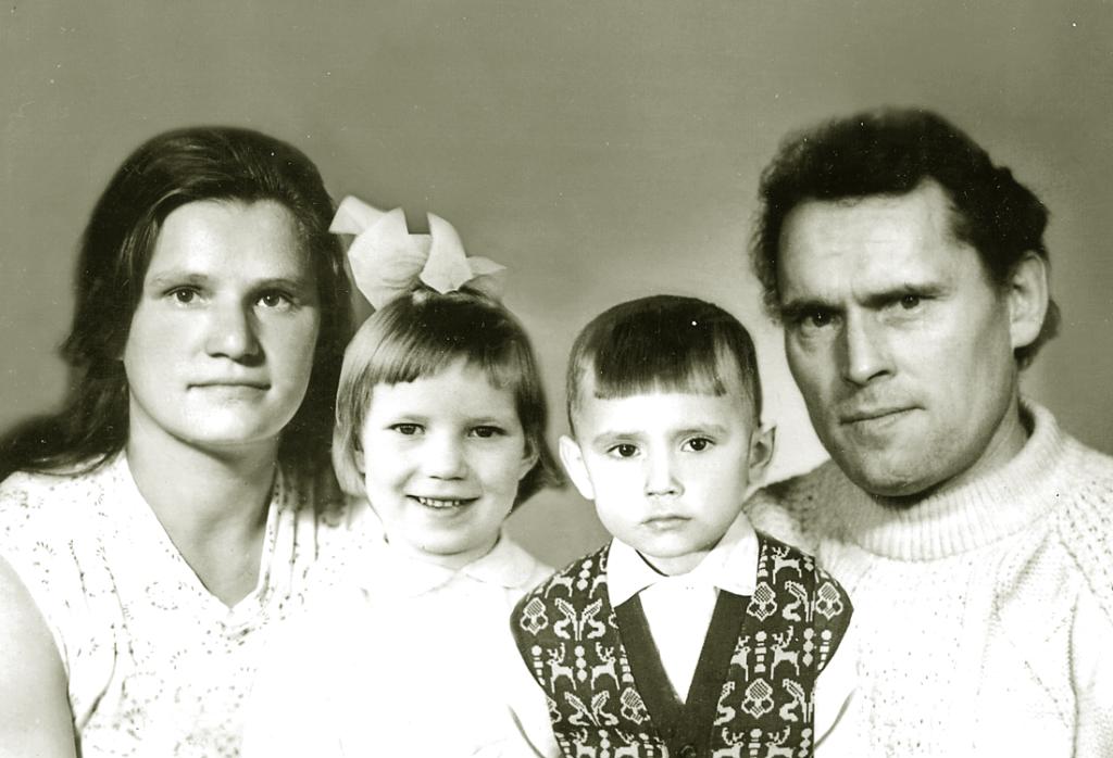 Наталья Царук с братом сфотографировались со своими родителями