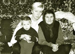 Наталья с дочкой Таней и своей бабушкой Аполлинарией Федоровной