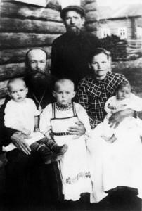 Протоиерей Иоанн Мысов( слева сидит) с суругой Марией Николаевной и тремя дочерьми