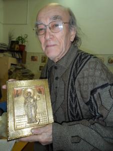 М. Д. Игнатов с иконой Николая Можаского