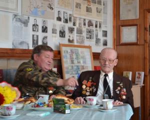 Сергей Таскаев с И. П. Конюховым в воинском музее при Гимназии искусств