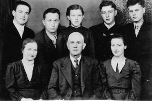Семья Лангталеров и спасённые ими офицеры. Мария и Иоганн - в нижнем ряду слева направо. Николай Цемкало - верхний ряд, второй слева; Михаил Рябчинский - верхний ряд, крайний справа