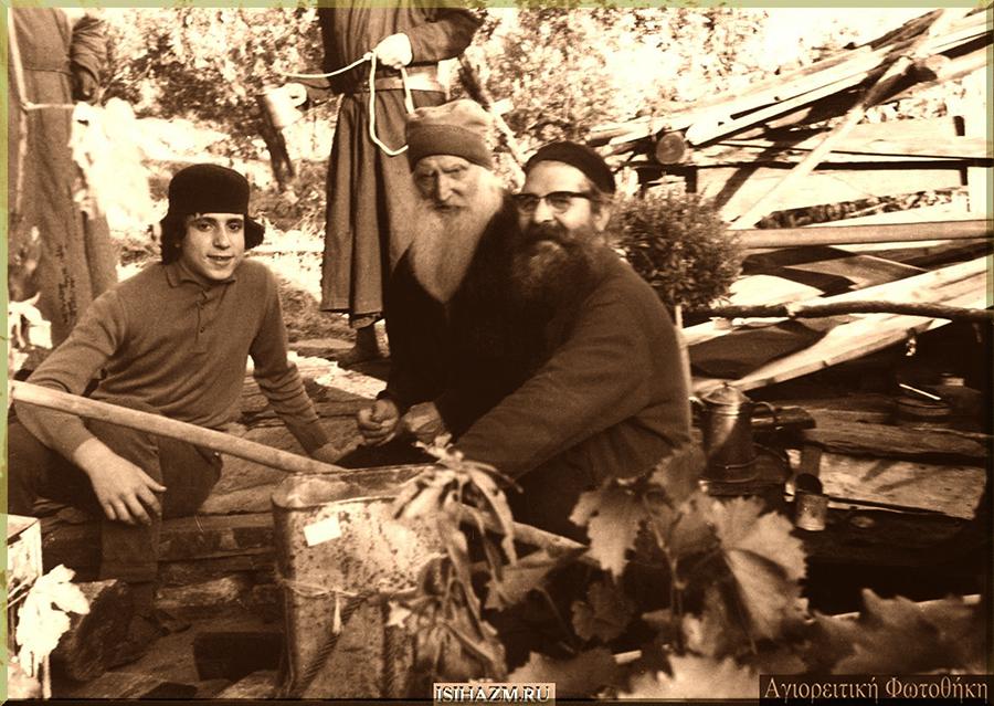 Старцы Тихон (в центре) и Паисий (справа, в очках)