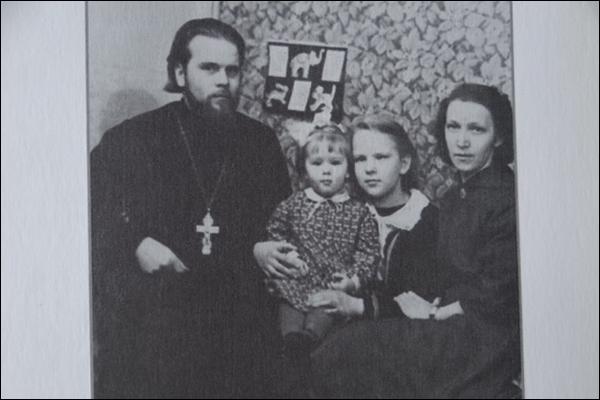 Отец Вячеслав с семьёй накануне ареста. 1957 г.