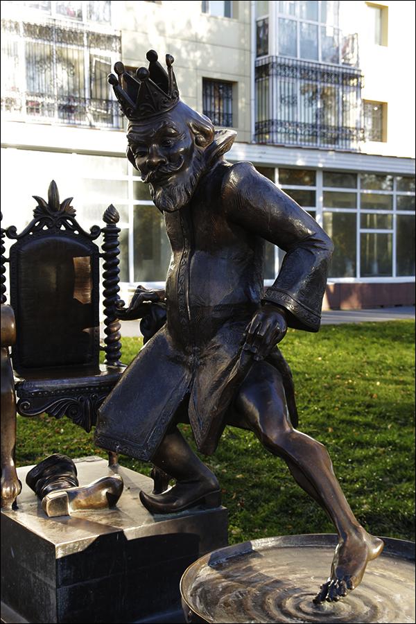Скульптуры в сквере имени Петра Павловича Ершова в Тобольске: Царь, залезающий в котел