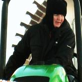 6 монахиня на тракторе расчищает дорожки_мини