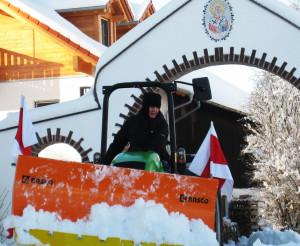 Монахиня на тракторе расчищает дорожки
