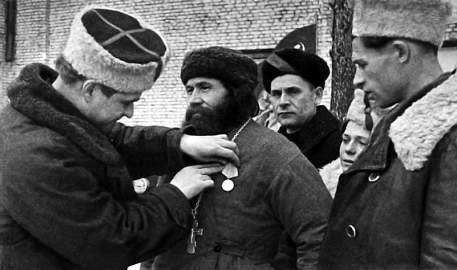 Священник Фёдор Пузанов получает боевую награду