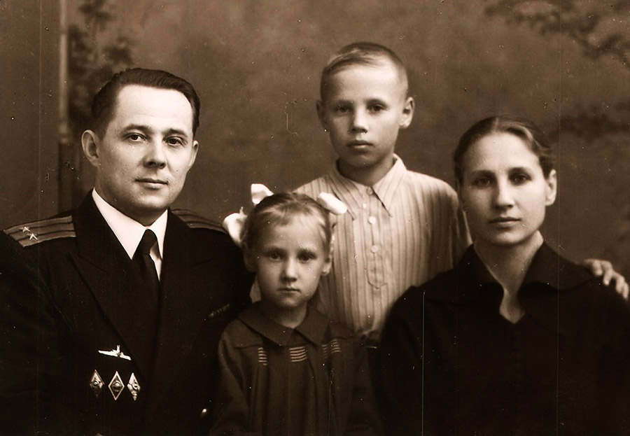 Василий Григорьевич Кичёв с семьей_