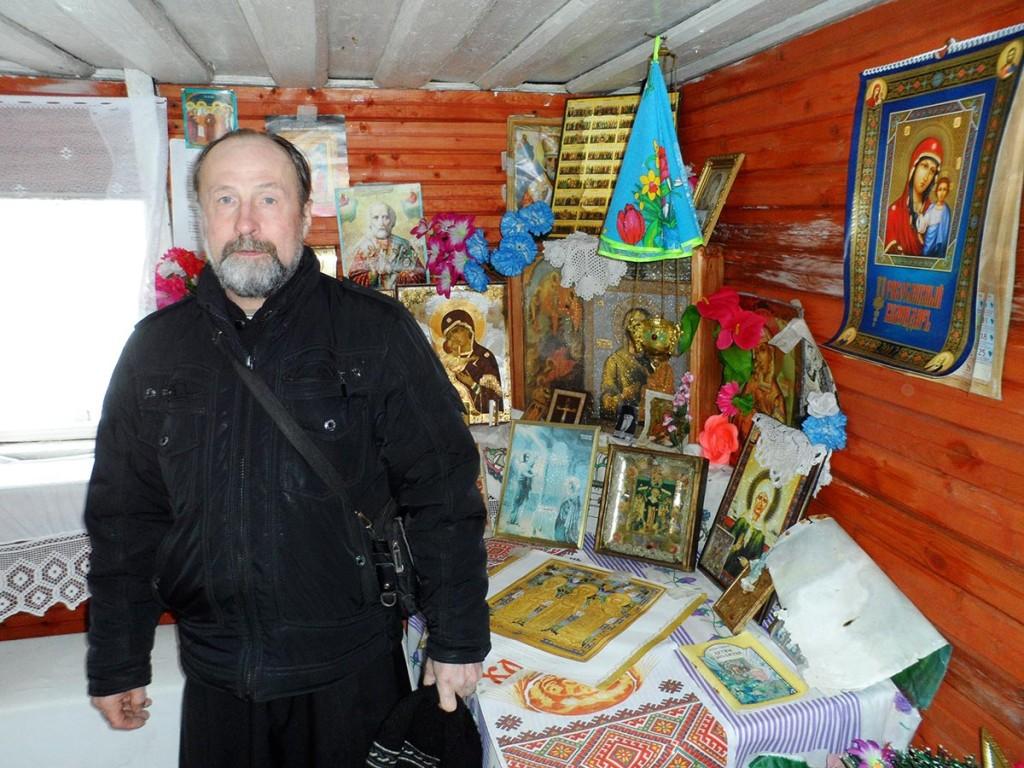 Протоиерей-Николай-Андреянов-в-часовне-Тихвиснкой-Божьей-матери