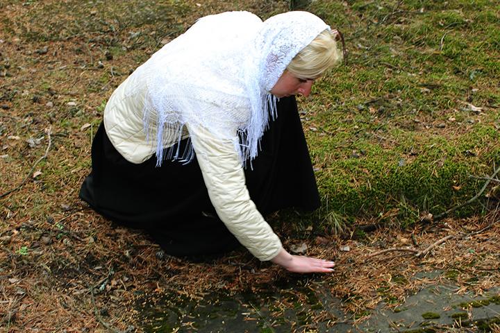 Учительница у могилы монахини