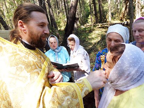 Отец Сергий благословдяет прихожан