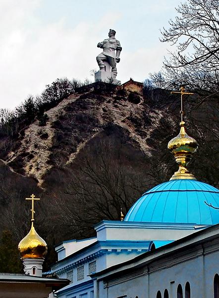 Памятник Артему возвышается над окрестностями