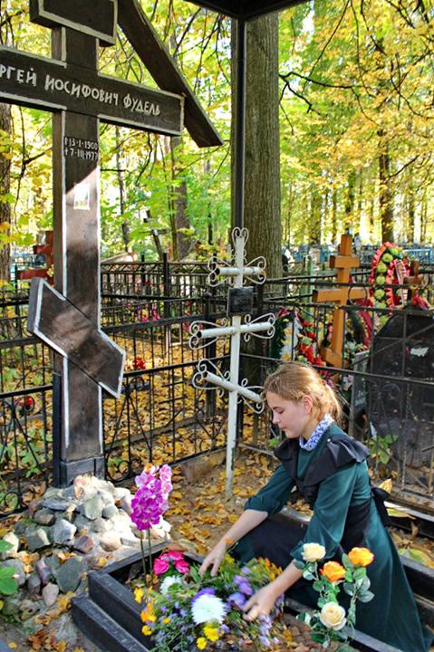 После панихиды на могиле Фуделя 23 сентября ученики гимназии возлагают цветы