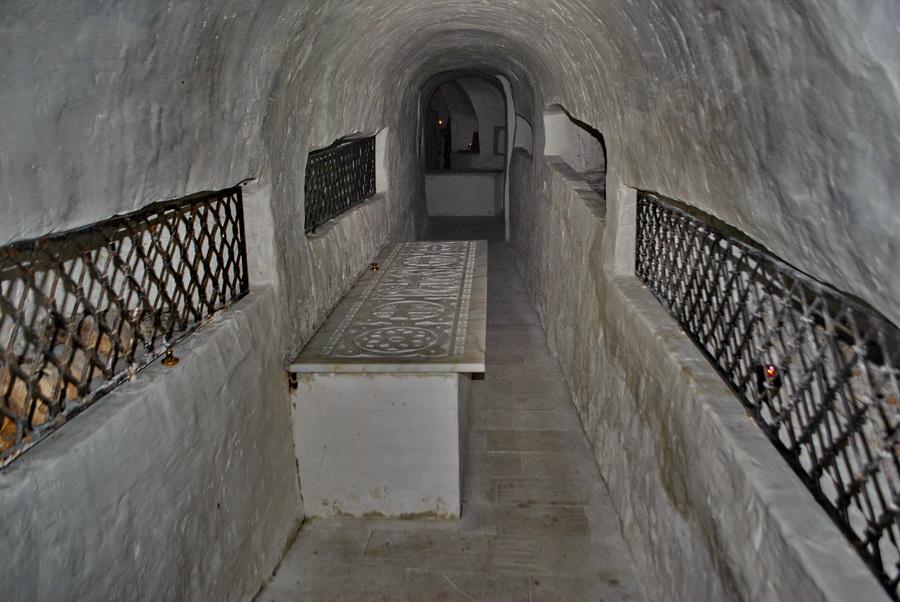 В пещерной усыпальнице