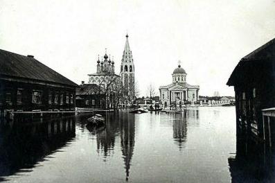 Солигалич во время паводка. Преображенская церковь (справа) и Никольский храм