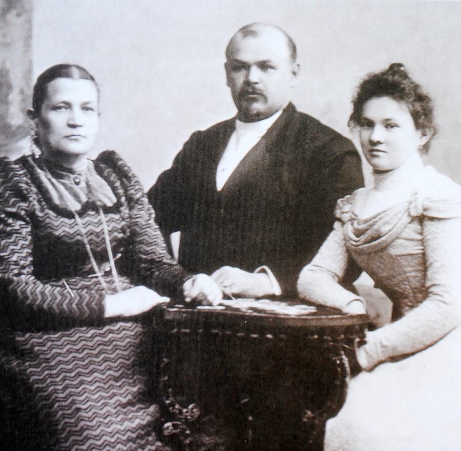 Н.П.Алин с матерью и молодой женой