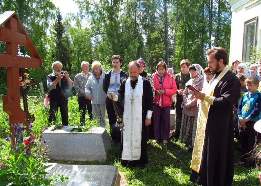 Молебен у могилы м. Ангелины