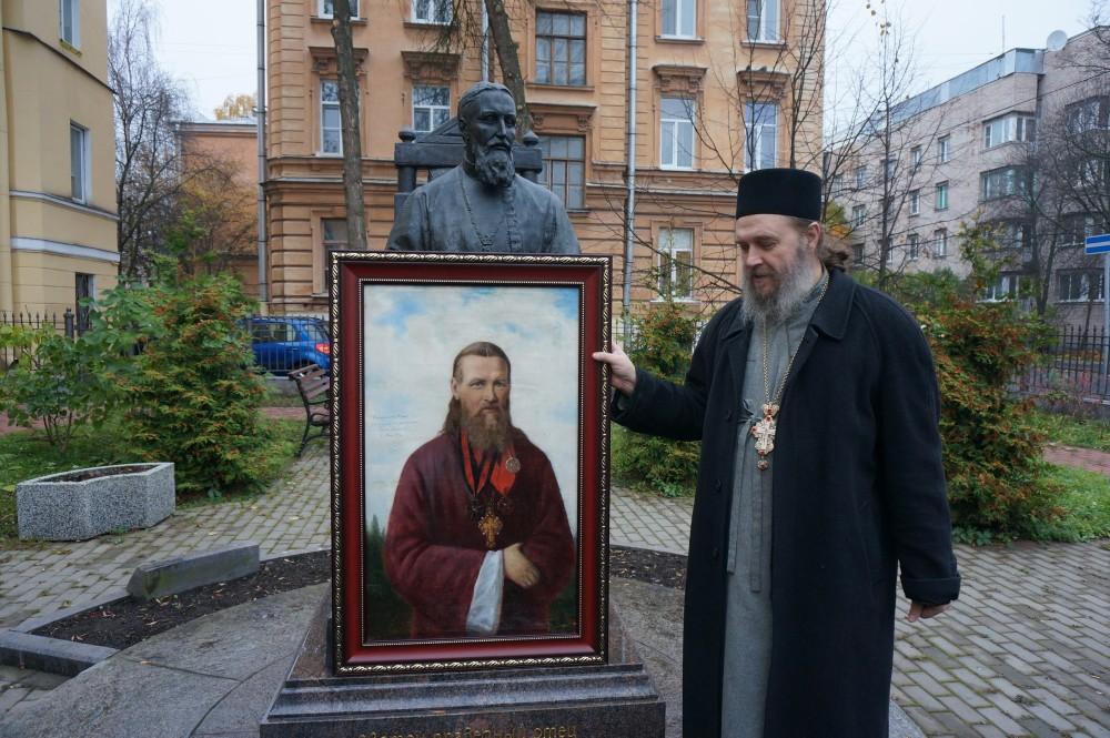 Отец Геннадий с прижизненным портретом Иоанна Кронштадтского