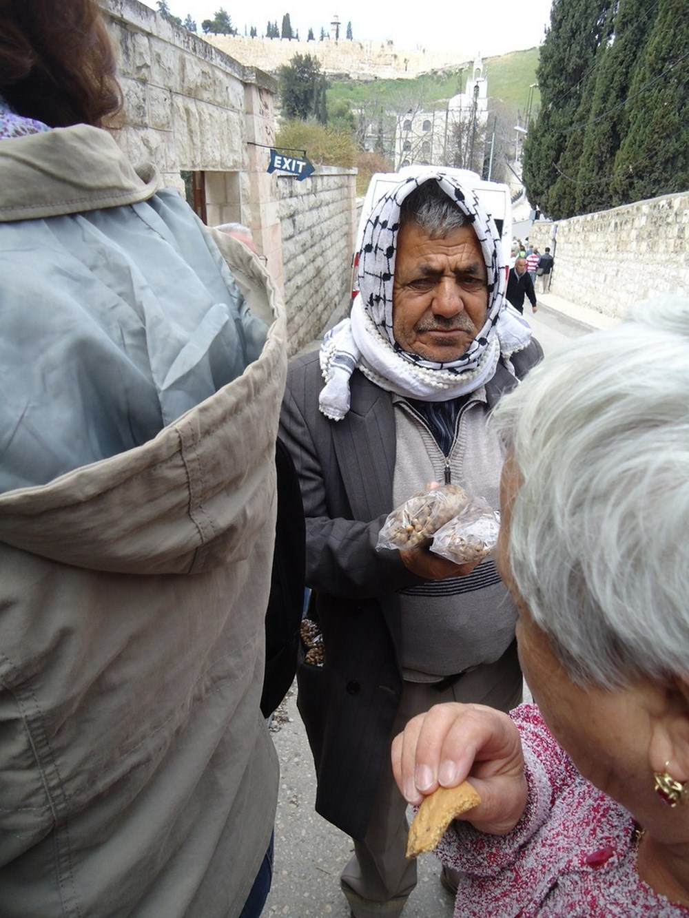 Араб предлагает русским паломникам ладан