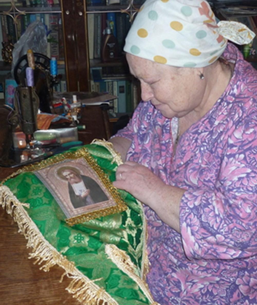 Детская хоругвь с иконой прп. Серафима Саровского, сшитая Ниной Николаевной