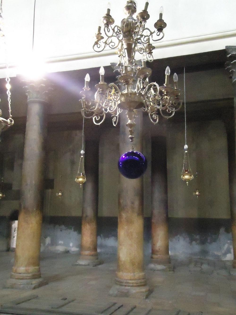 Греческие светильники украшены снизу шарами, чтобы крысы не могли залезать и лакомиться маслом