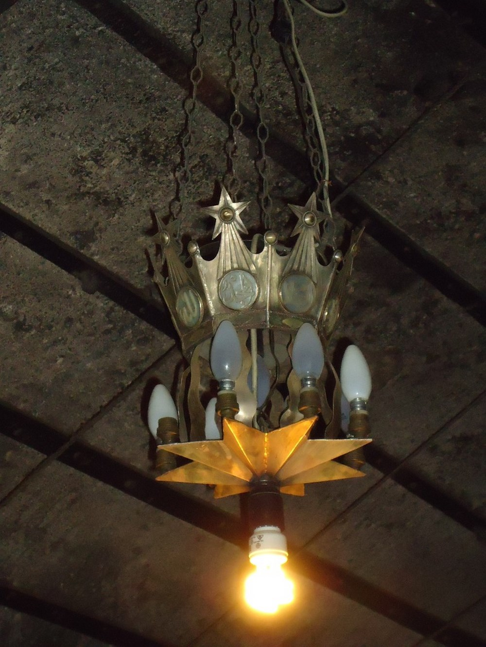 Пятиконечные звёзды на старинном светильнике в храме Рождества